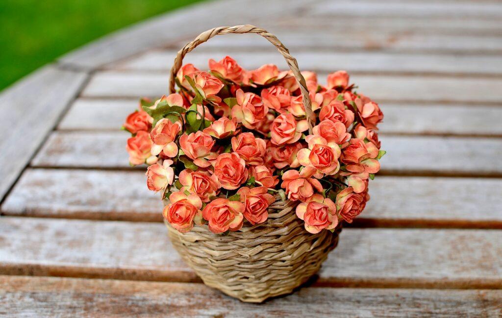 Umělé květiny v košíkové vazbě